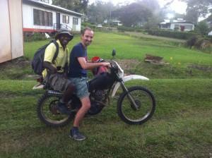 Job met een van zijn vertalers op de motor